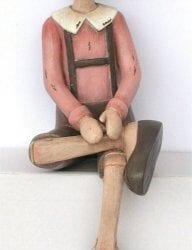 Pinocchio con giacca e cappellino Rosa seduto