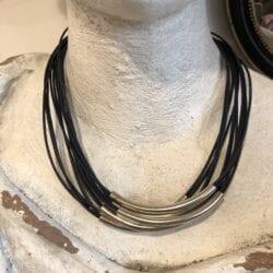 Collana artigianale con ciondoli in metallo – Blu