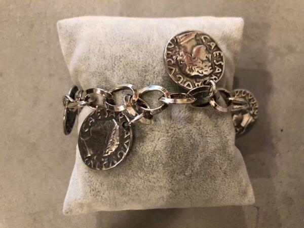 Braccialetto artigianale in metallo con medaglioni