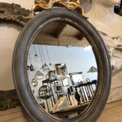 Specchio grande con fiocco