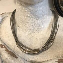Collana artigianale con ciondoli in metallo – Grigio