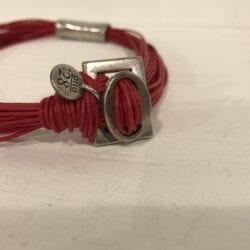 Collana con grande ciondolo in metallo – Rosso