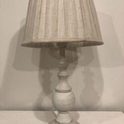 Lampada in legno con paralume in lino