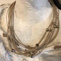 Collana artigianale con palline in metallo – Beige