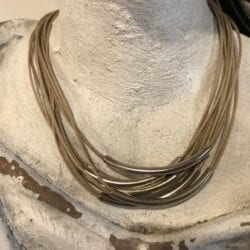 Collana artigianale con ciondoli in metallo – Beige