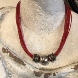 Collana artigianale con palla in metallo – Rosso