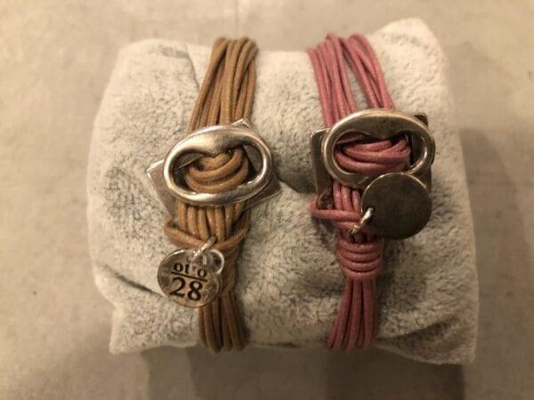 Braccialetto artigianale con ciondolo piccolo – Rosa