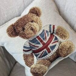 Cuscino – Orso con bandiera Inglese