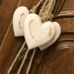 Corda con 6 cuori in legno – Bianchi