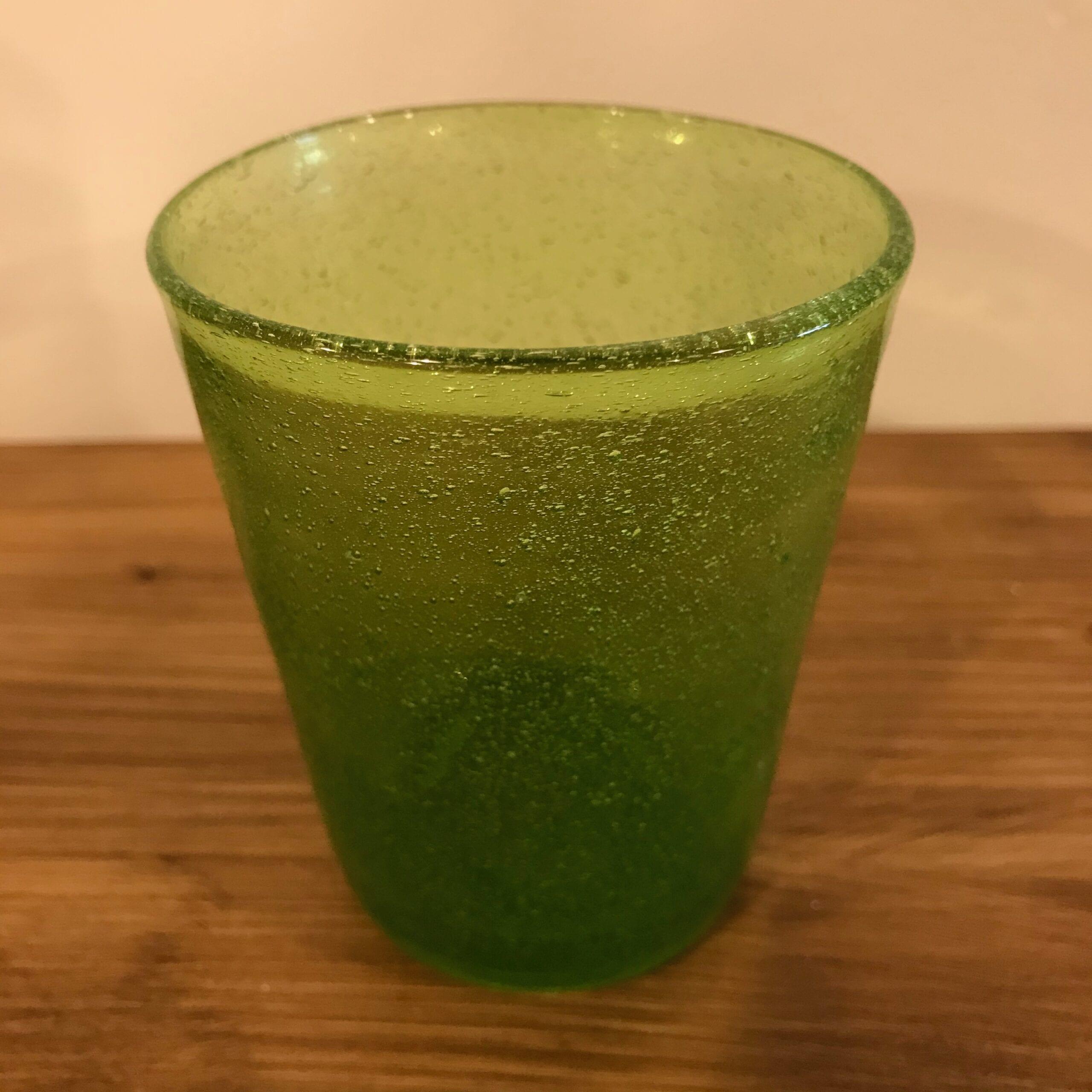 Bicchiere in vetro con bolle colorate – Mele