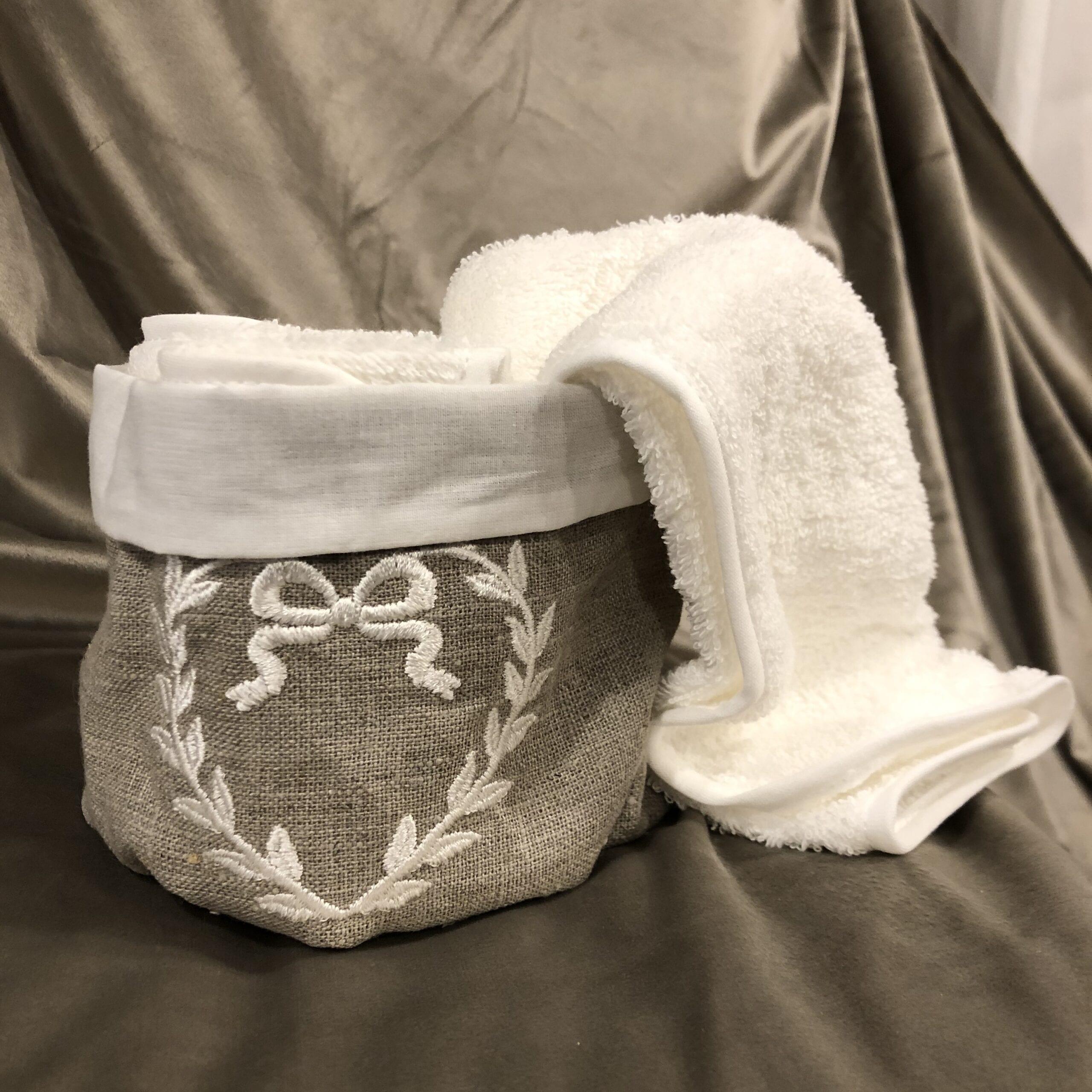Cestino con 3 lavette in cotone con cuore ricamato