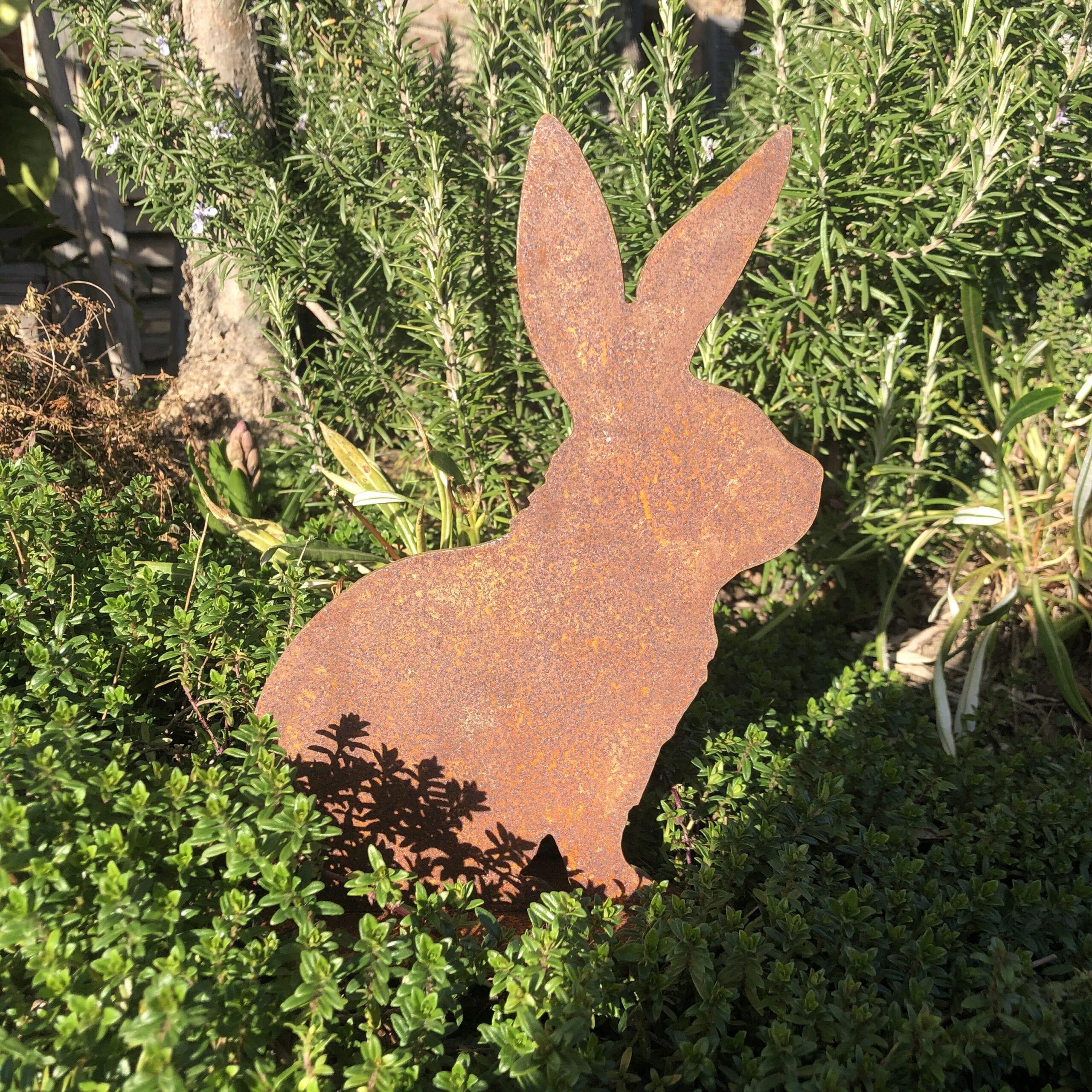Decoro coniglietto in metallo arrugginito