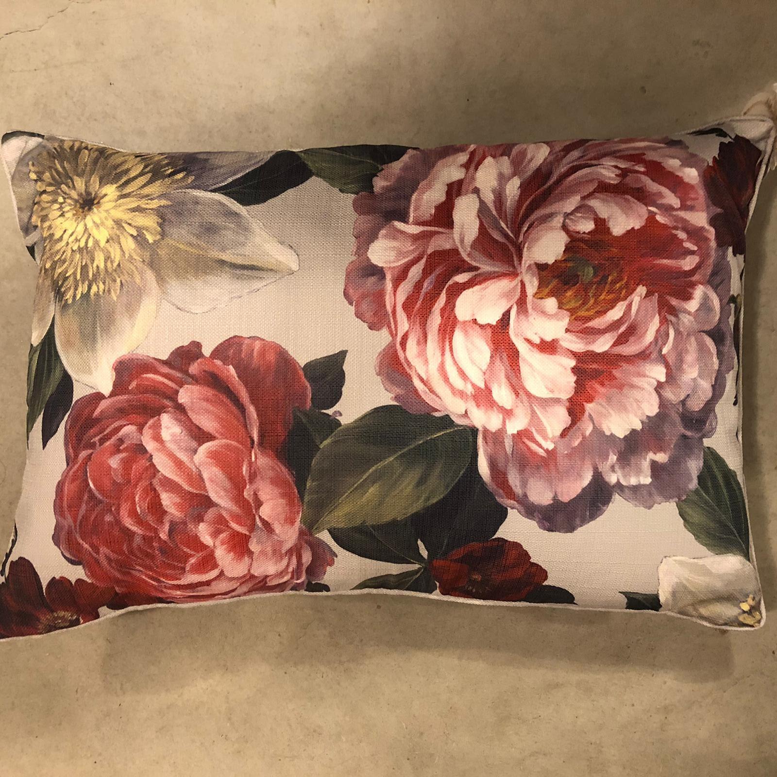 Cuscino rettangolare con grandi fiori