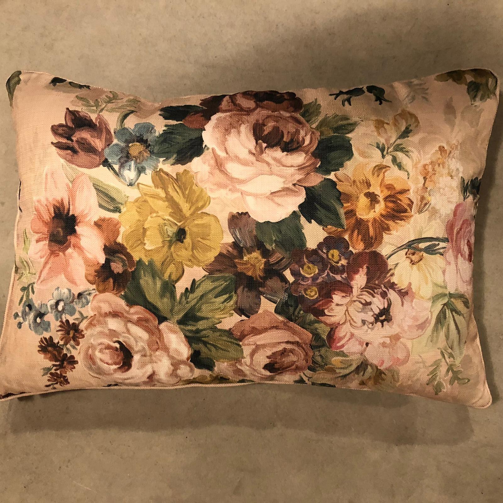 Cuscino rettangolare con grandi fiori colorati