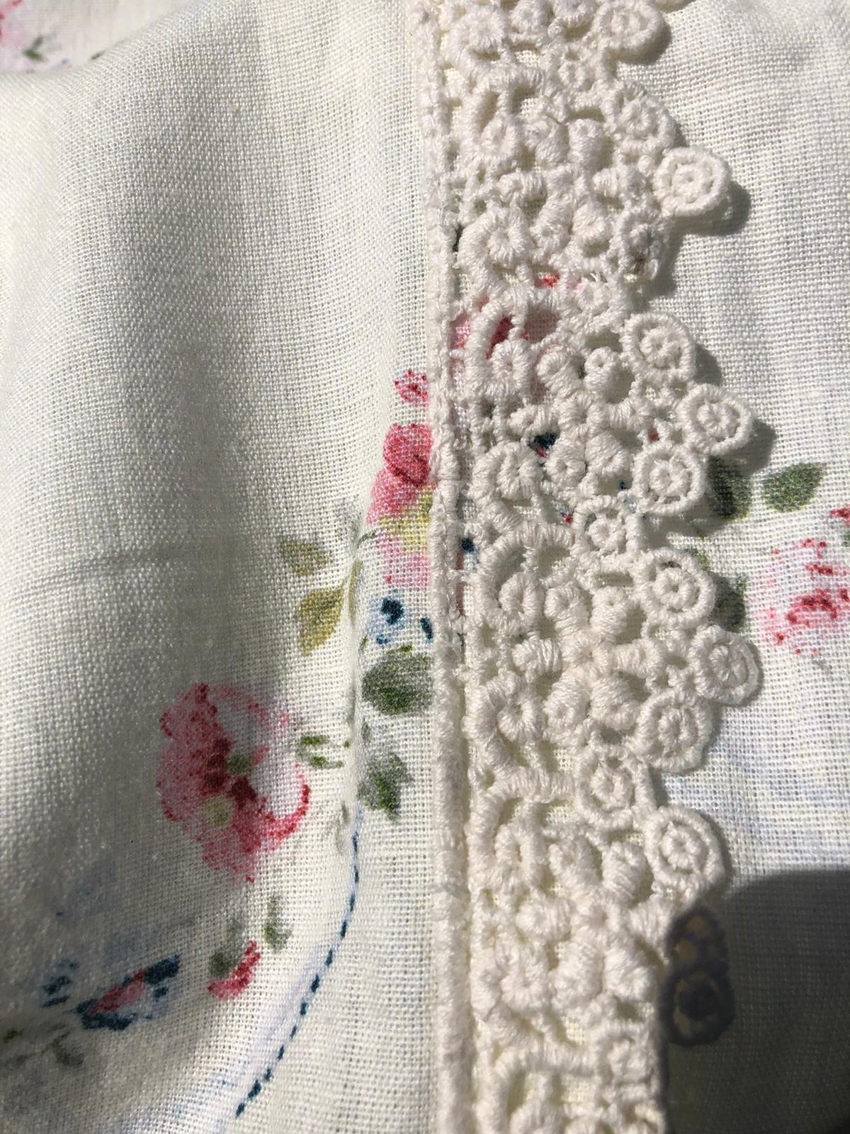 Copriletto con gala – Bianco con rose