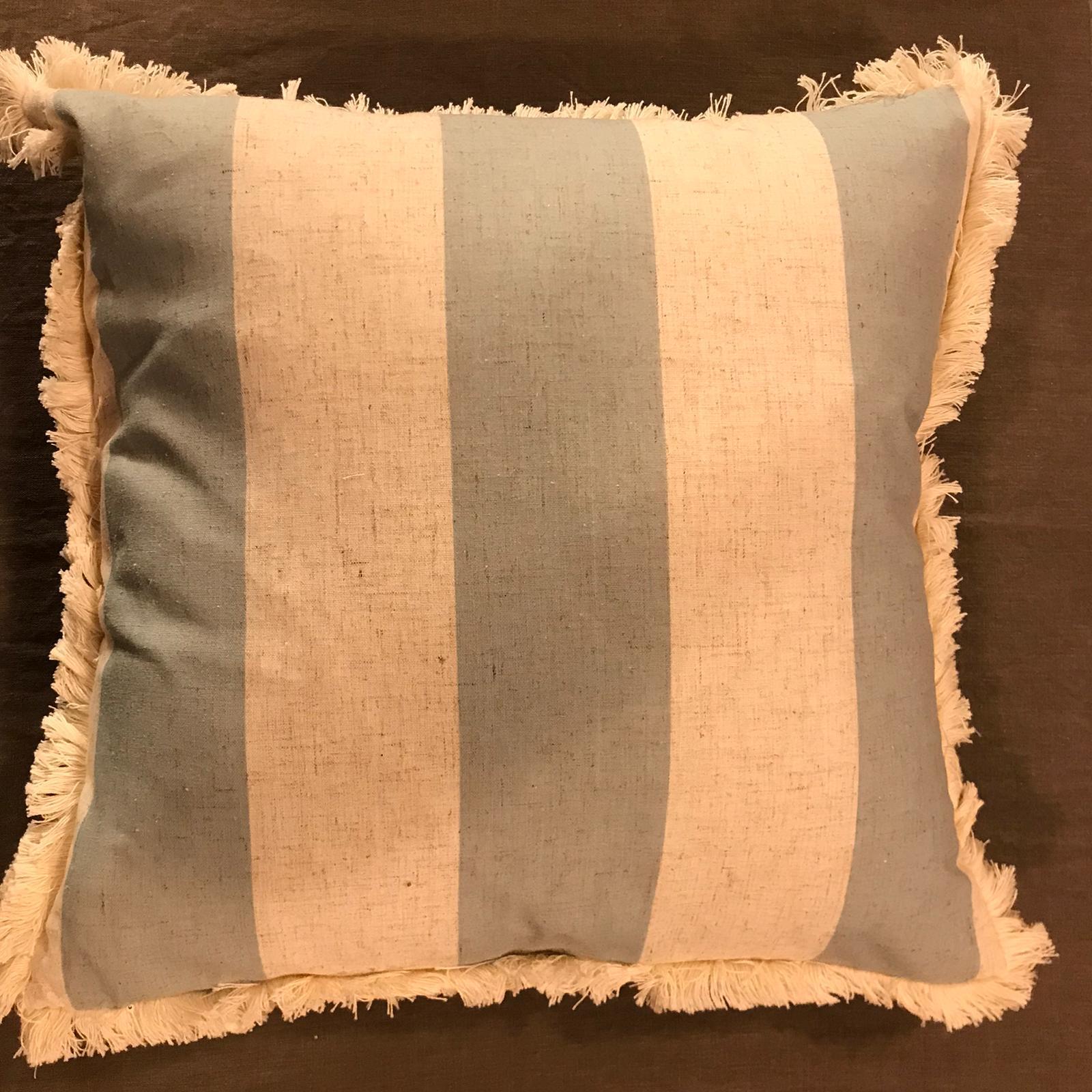 Cuscino con frange e righe – Bianco e celeste