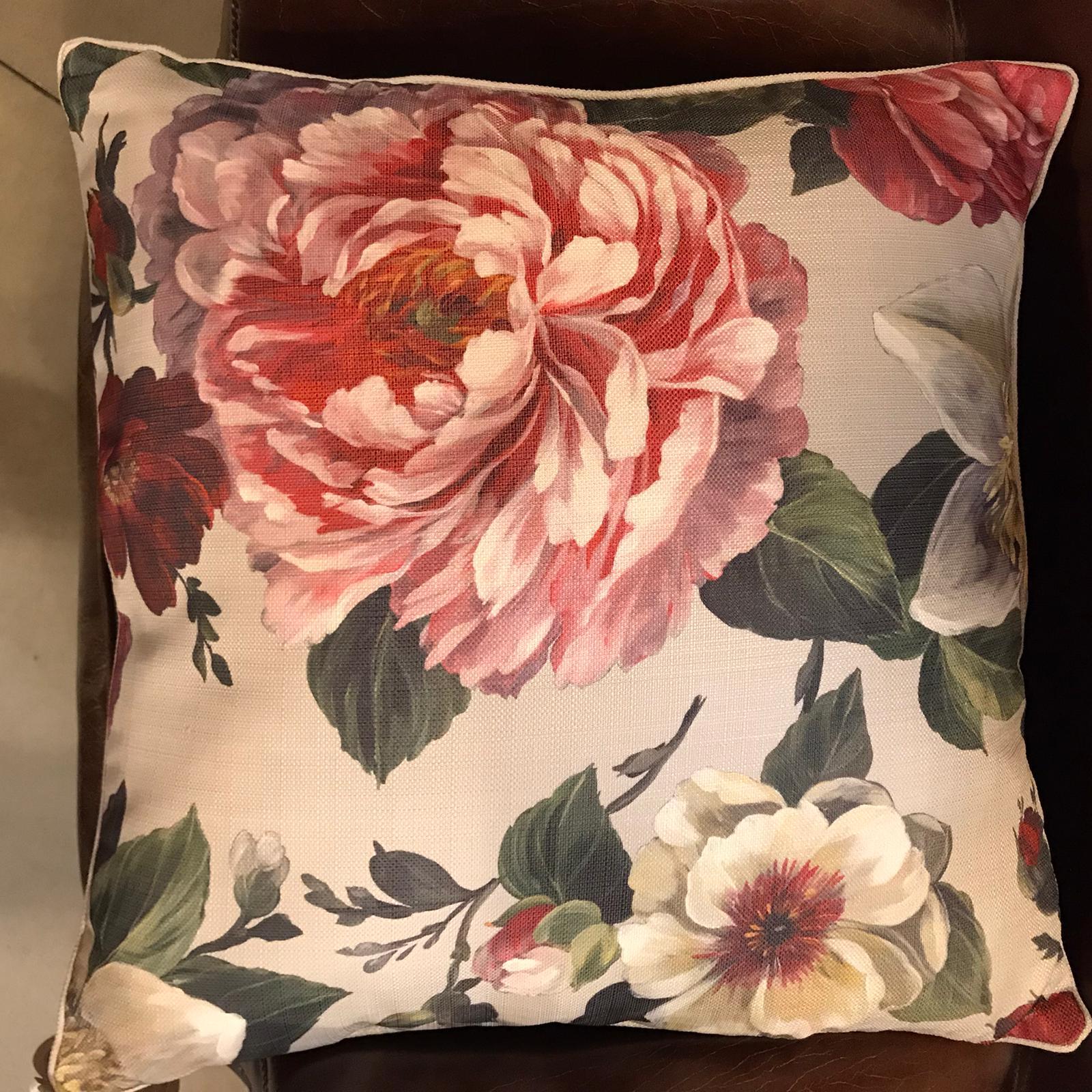 Cuscino quadrato con grandi fiori