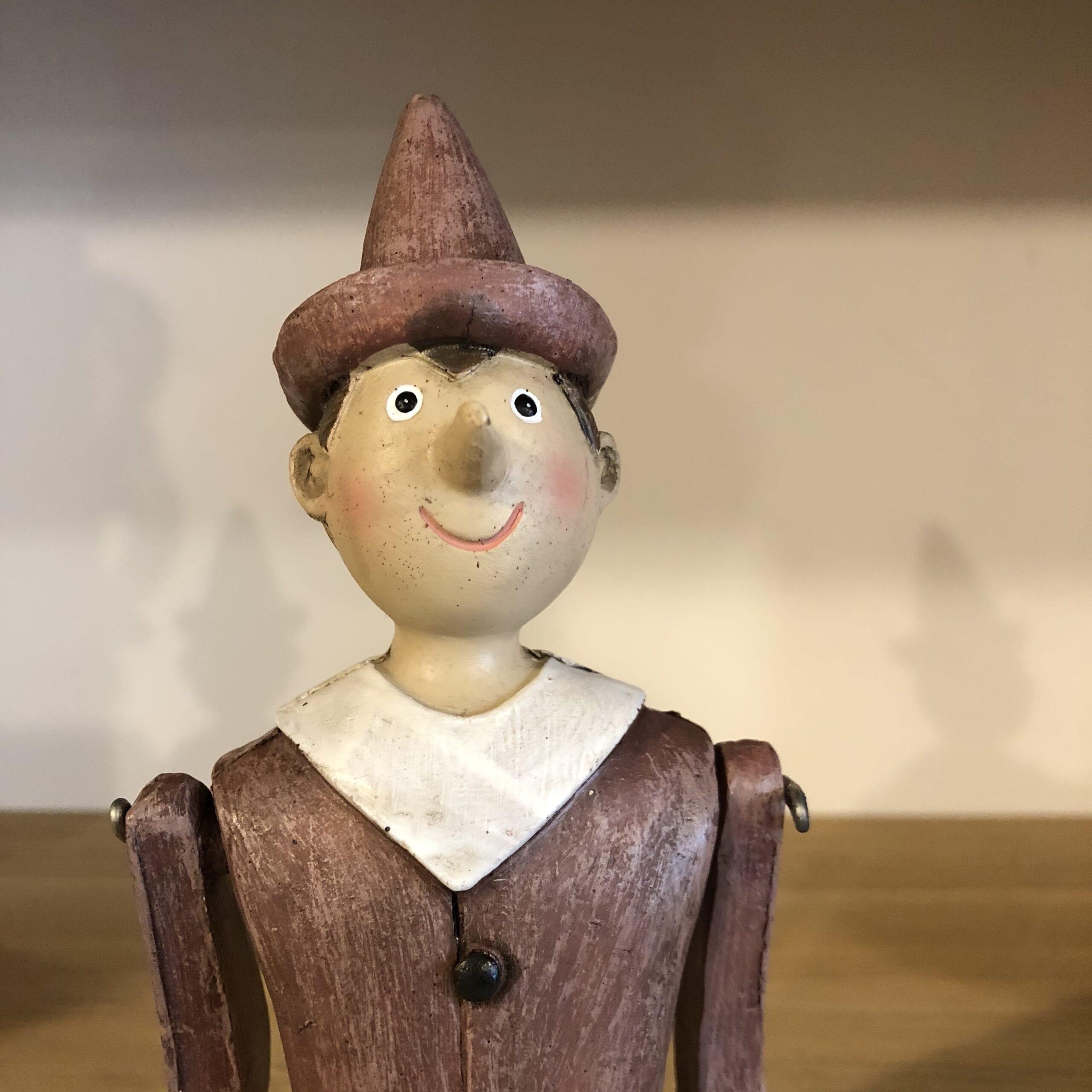 Pinocchio con ginocchia pieghevoli in legno