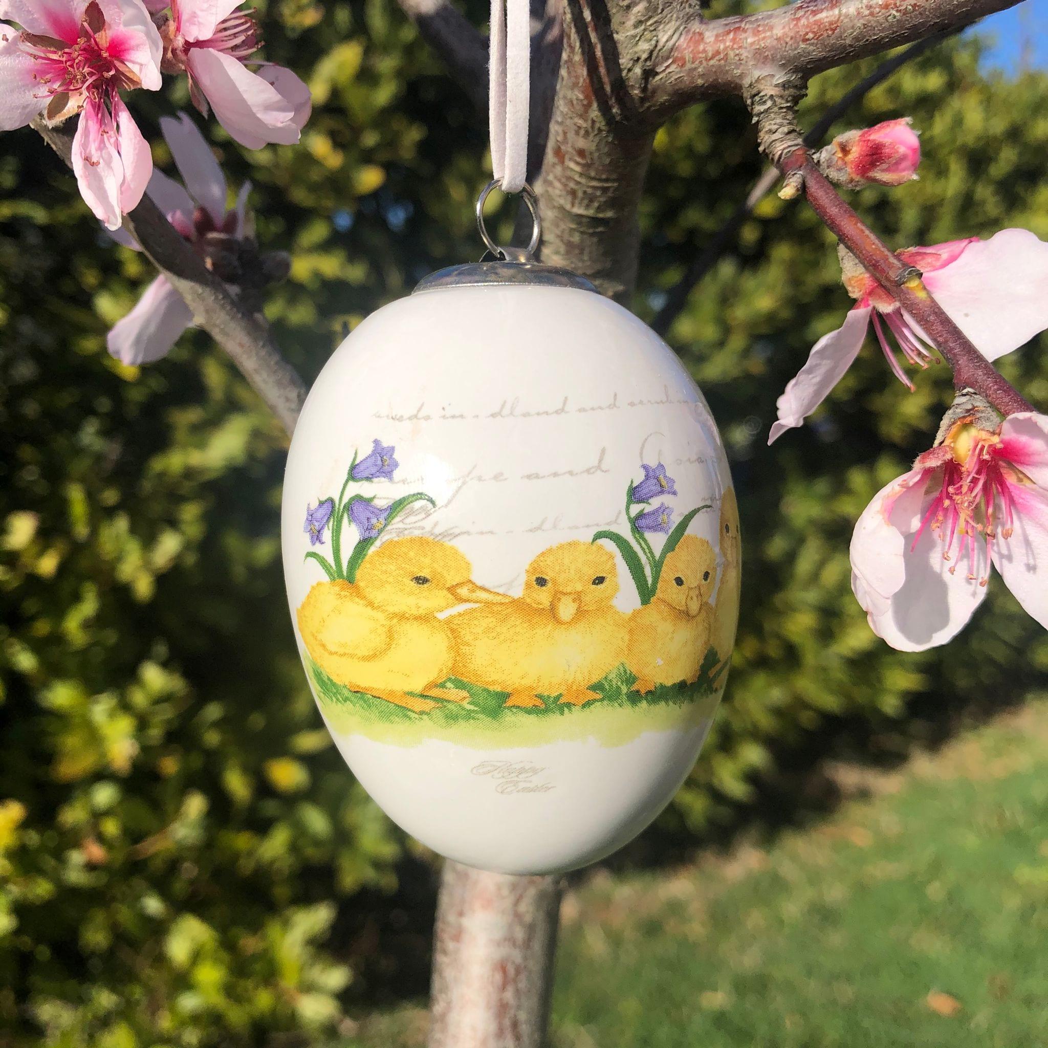 Uovo di porcellana con 3 pulcini e fiori viola