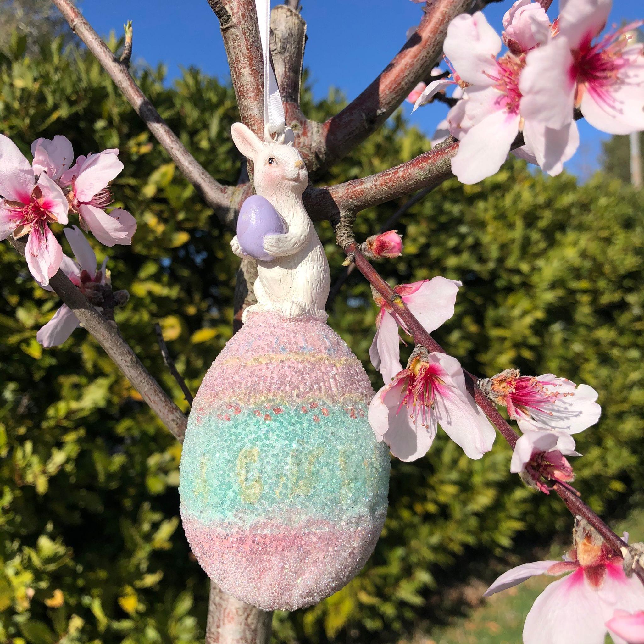 Deco con coniglio bianco su uovo rosa e verde