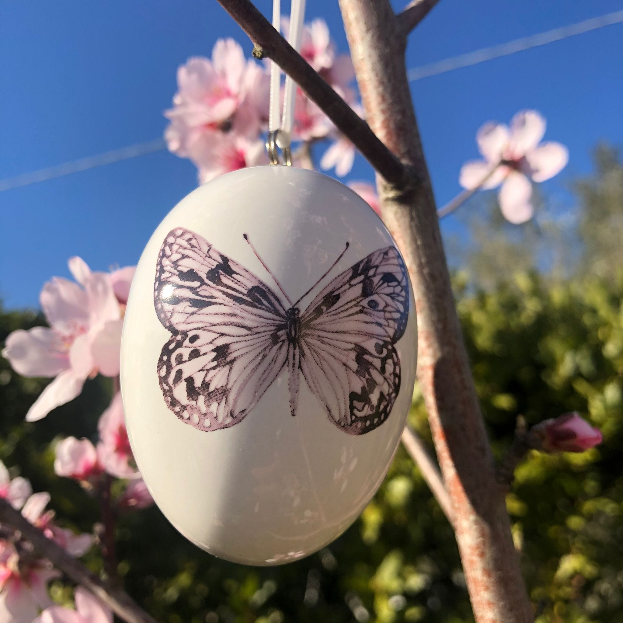 Uovo di porcellana con farfalla viola