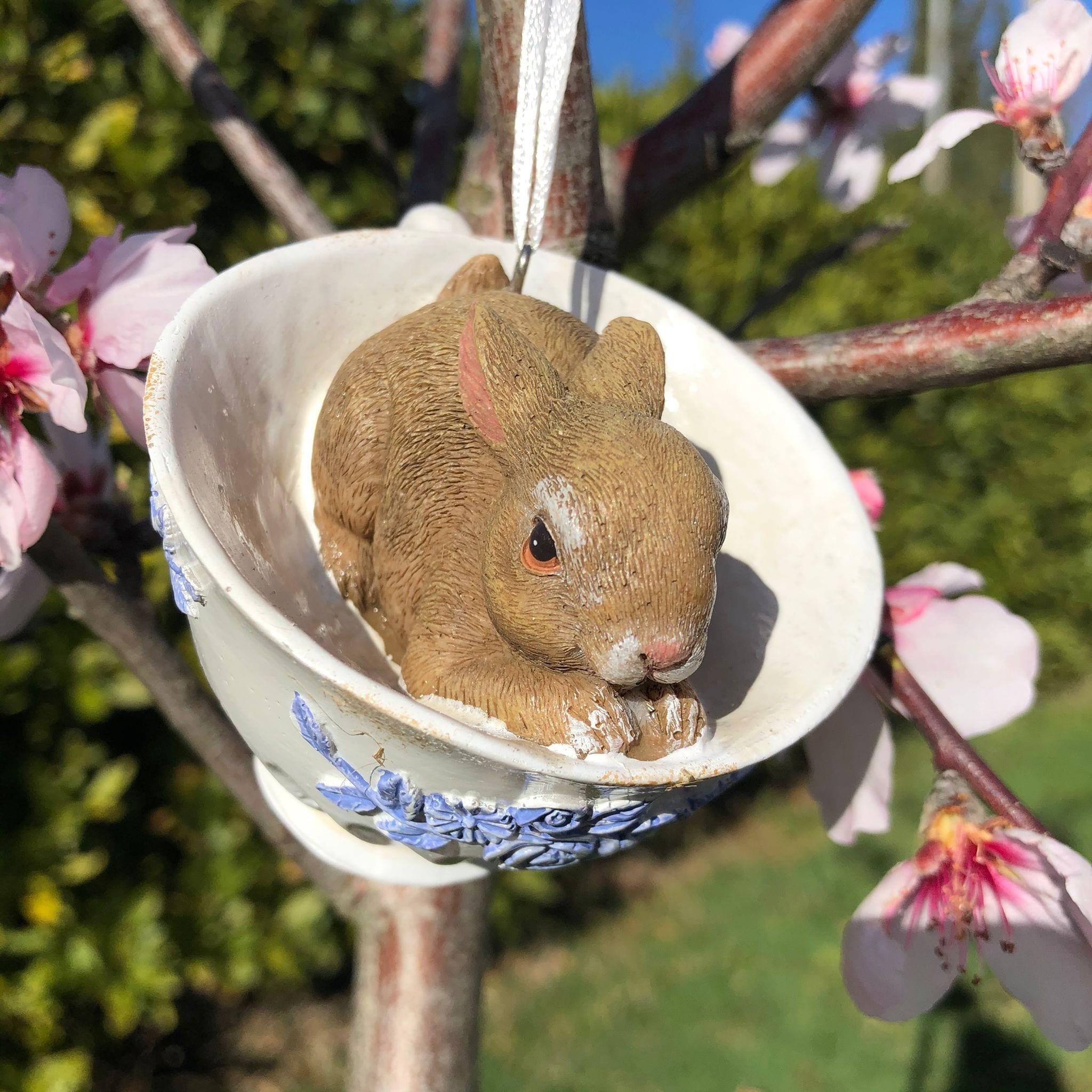 Decorazione con coniglio a cuccia in una tazza