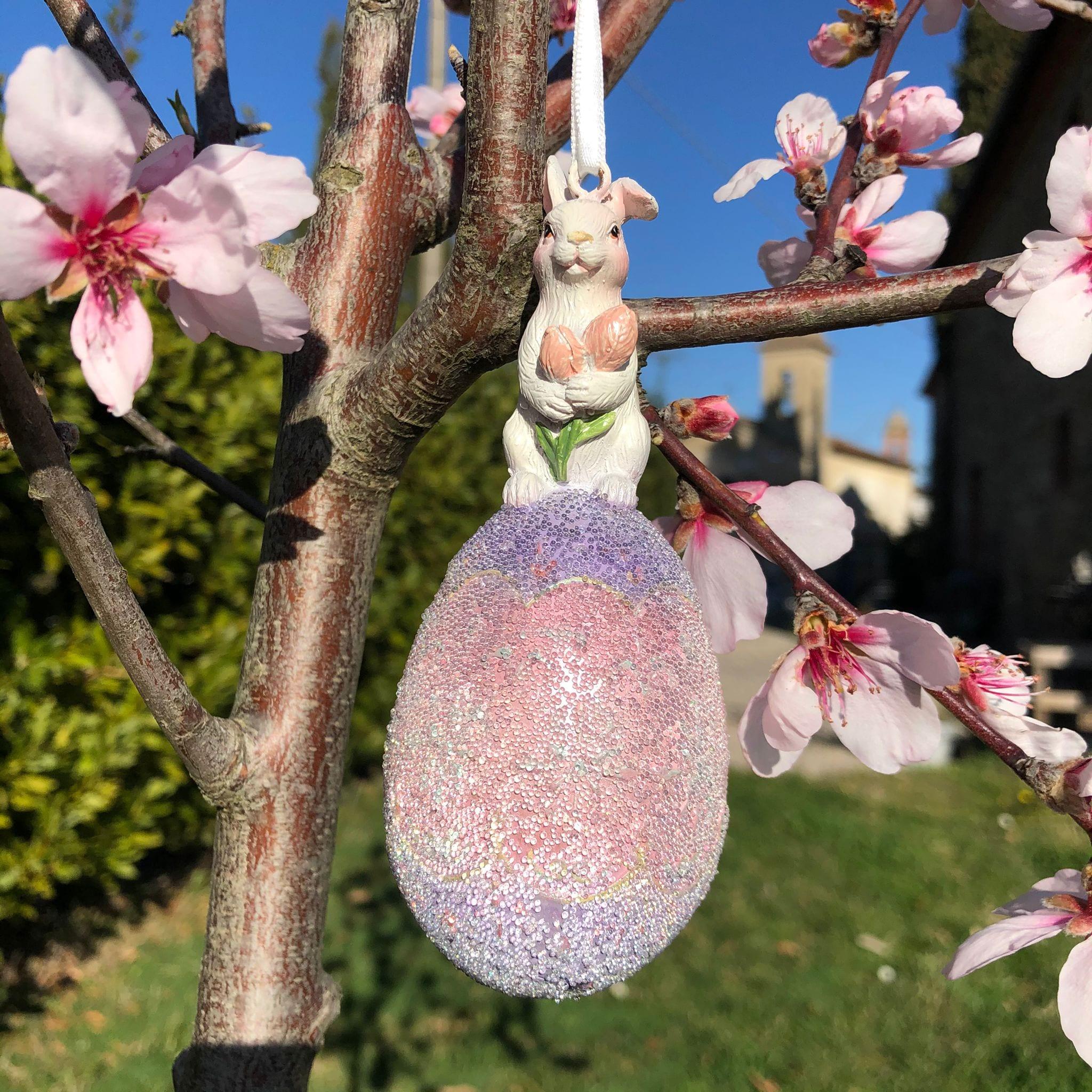 Decorazione con coniglio bianco su uovo viola