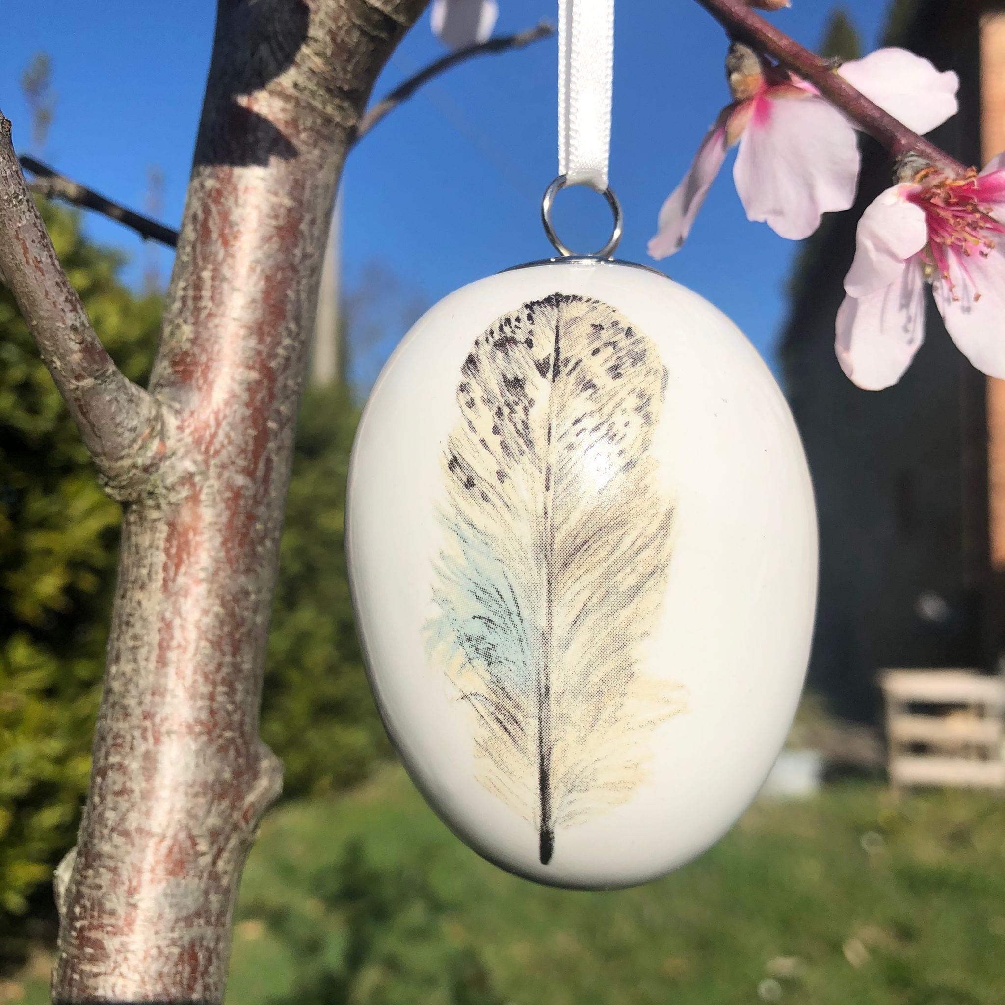 Uovo di porcellana con piuma