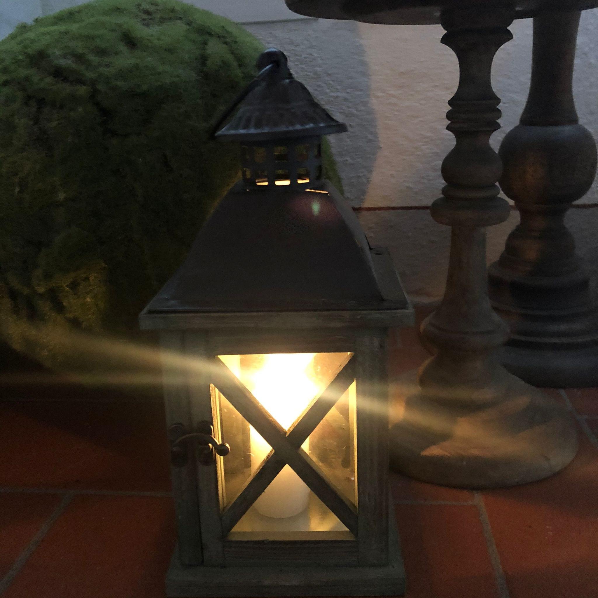 Lanterna in legno di colore naturale