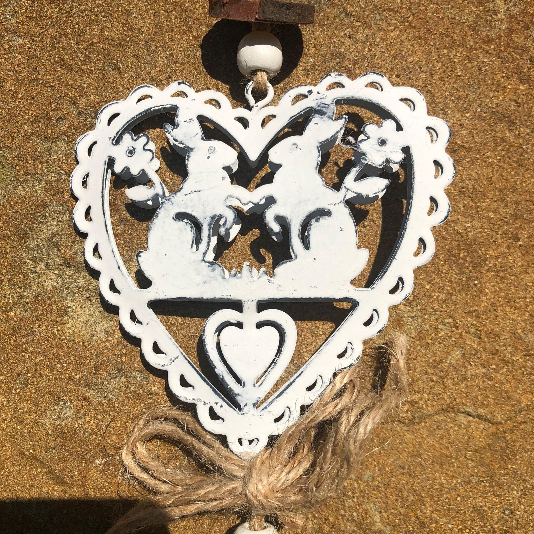 Decorazione a forma di cuore in metallo con conigli