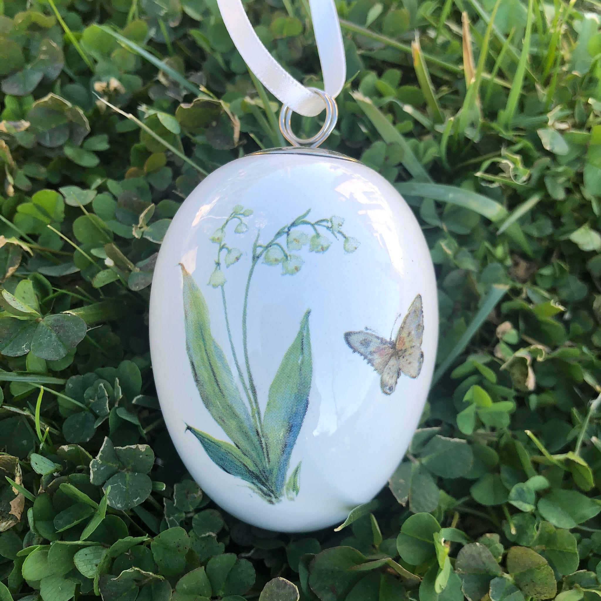Uovo di porcellana con mughetto e farfalla