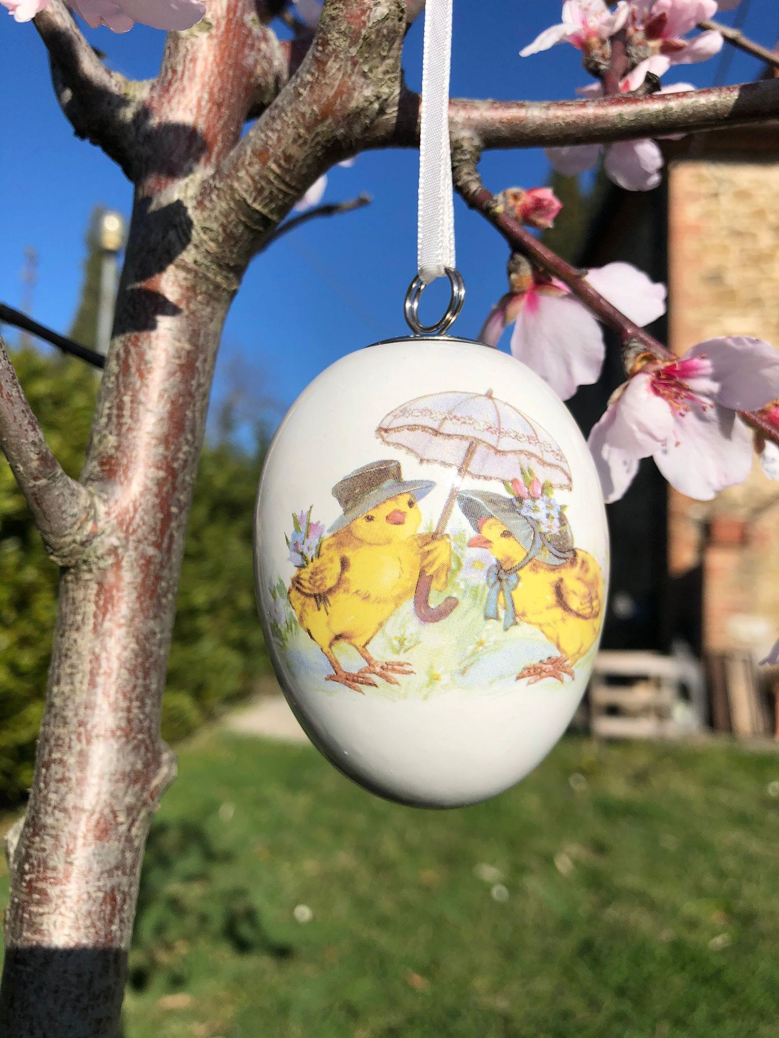 Uovo di porcellana con 2 pulcini con ombrello