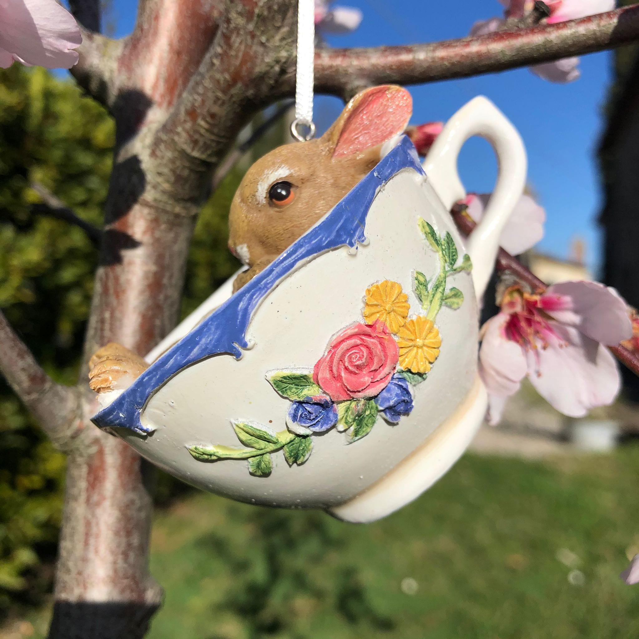 Decorazione con coniglio in relax dentro una tazza