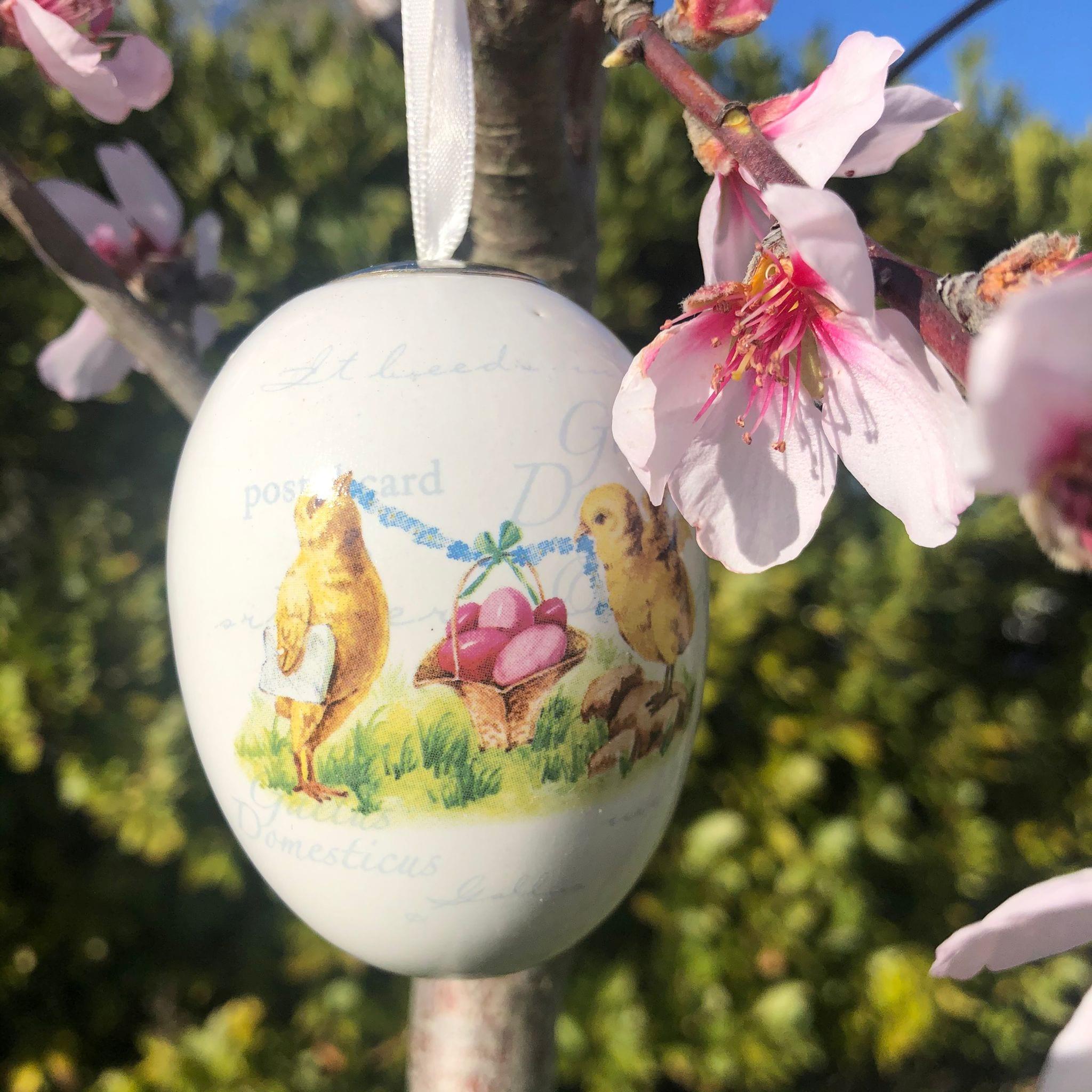 Uovo di porcellana con 2 pulcini e uova rosa