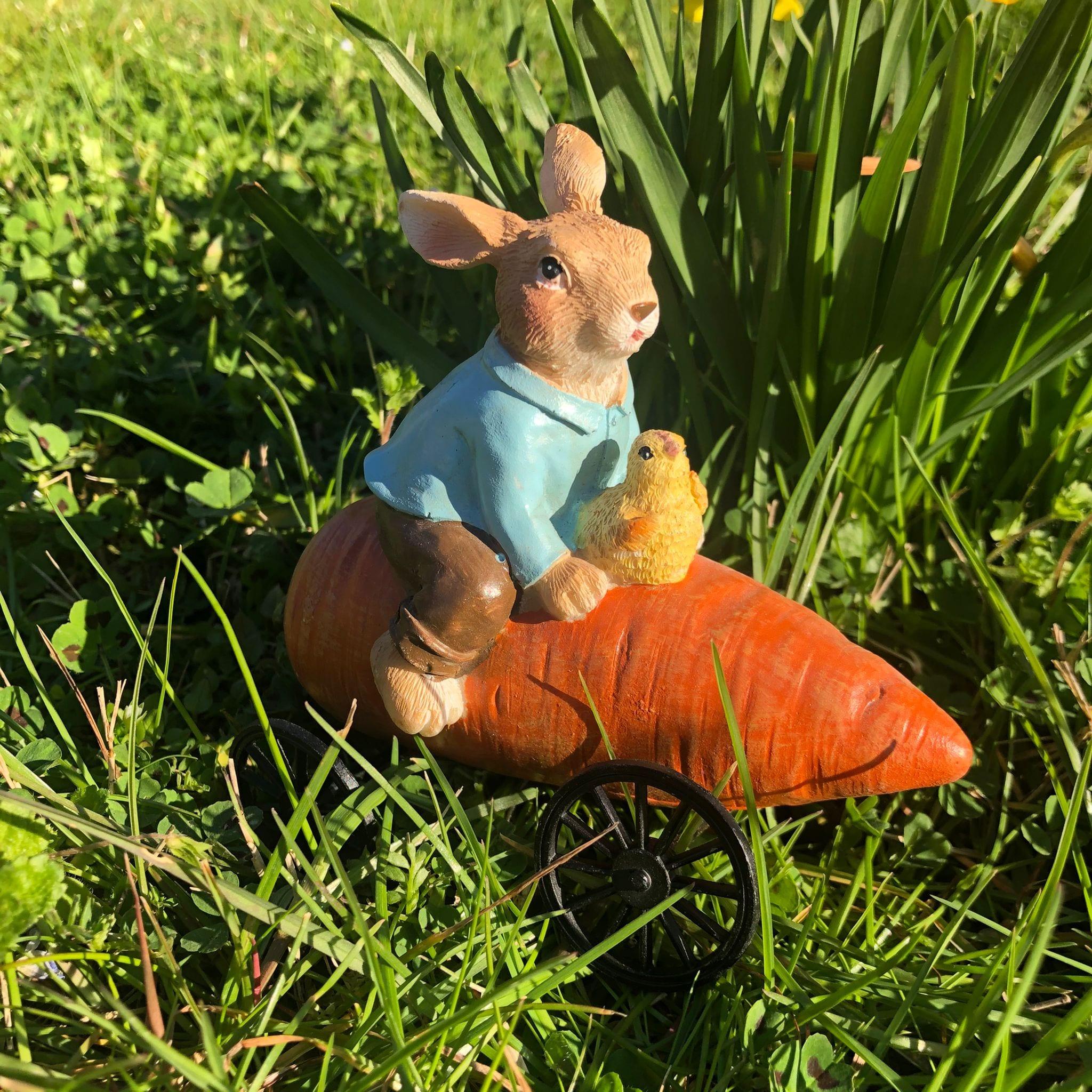 Decorazione a forma di coniglio su carota