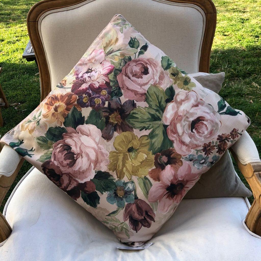 Cuscino quadrato con grandi fiori colorati