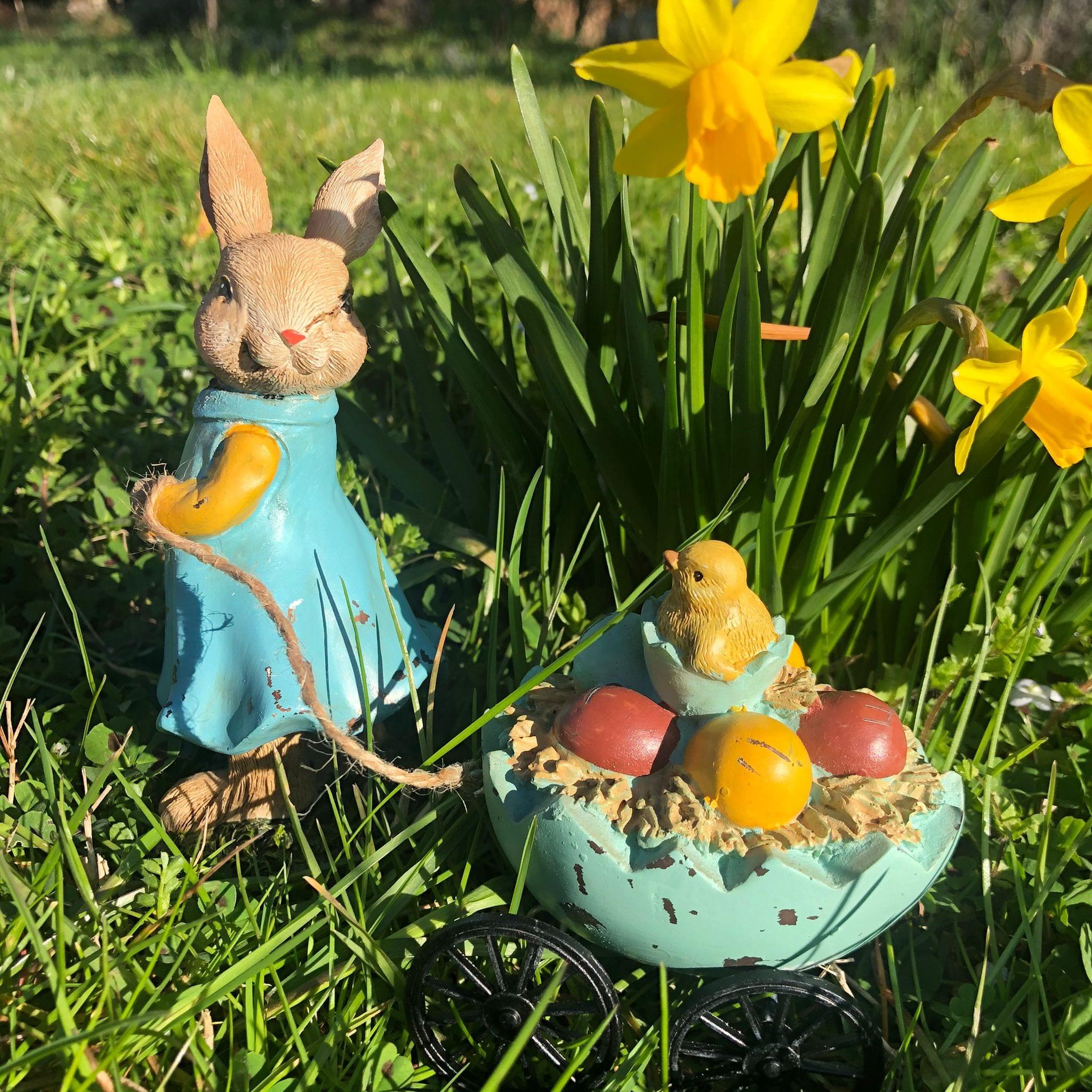Coniglio con carretto a forma di uovo a rotelle