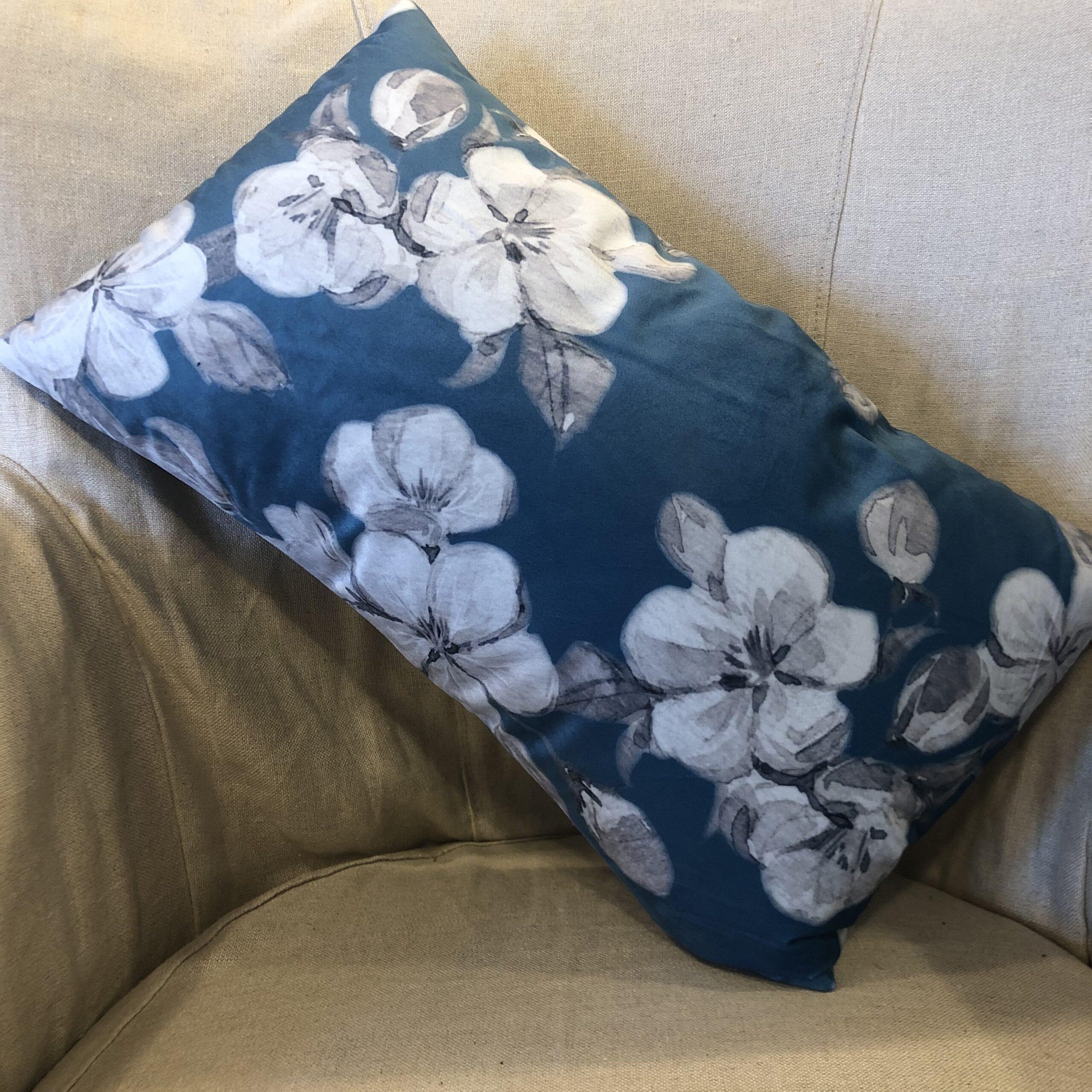 Cuscino rettangolare floreale – Blu