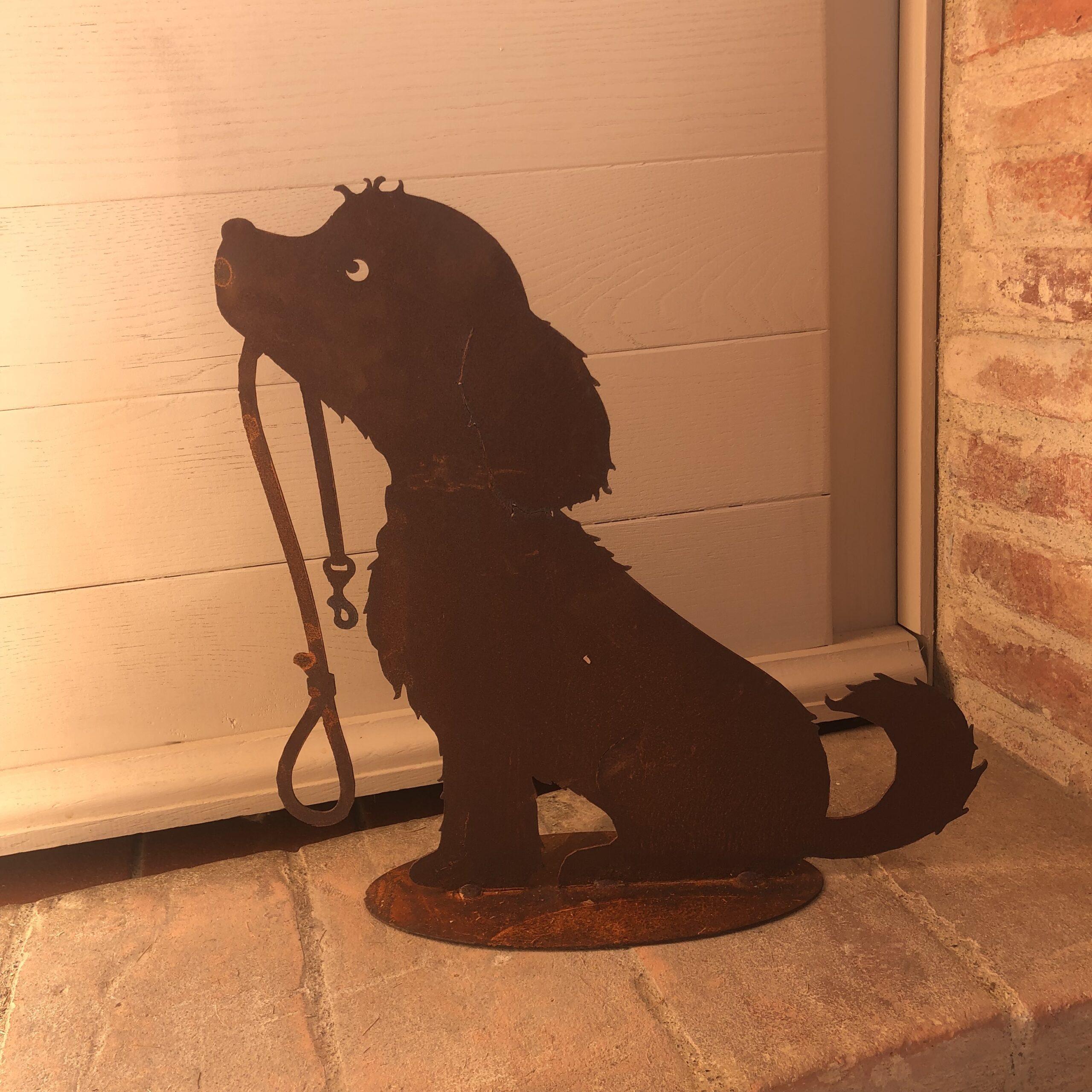 Decoro cagnolino in metallo arrugginito