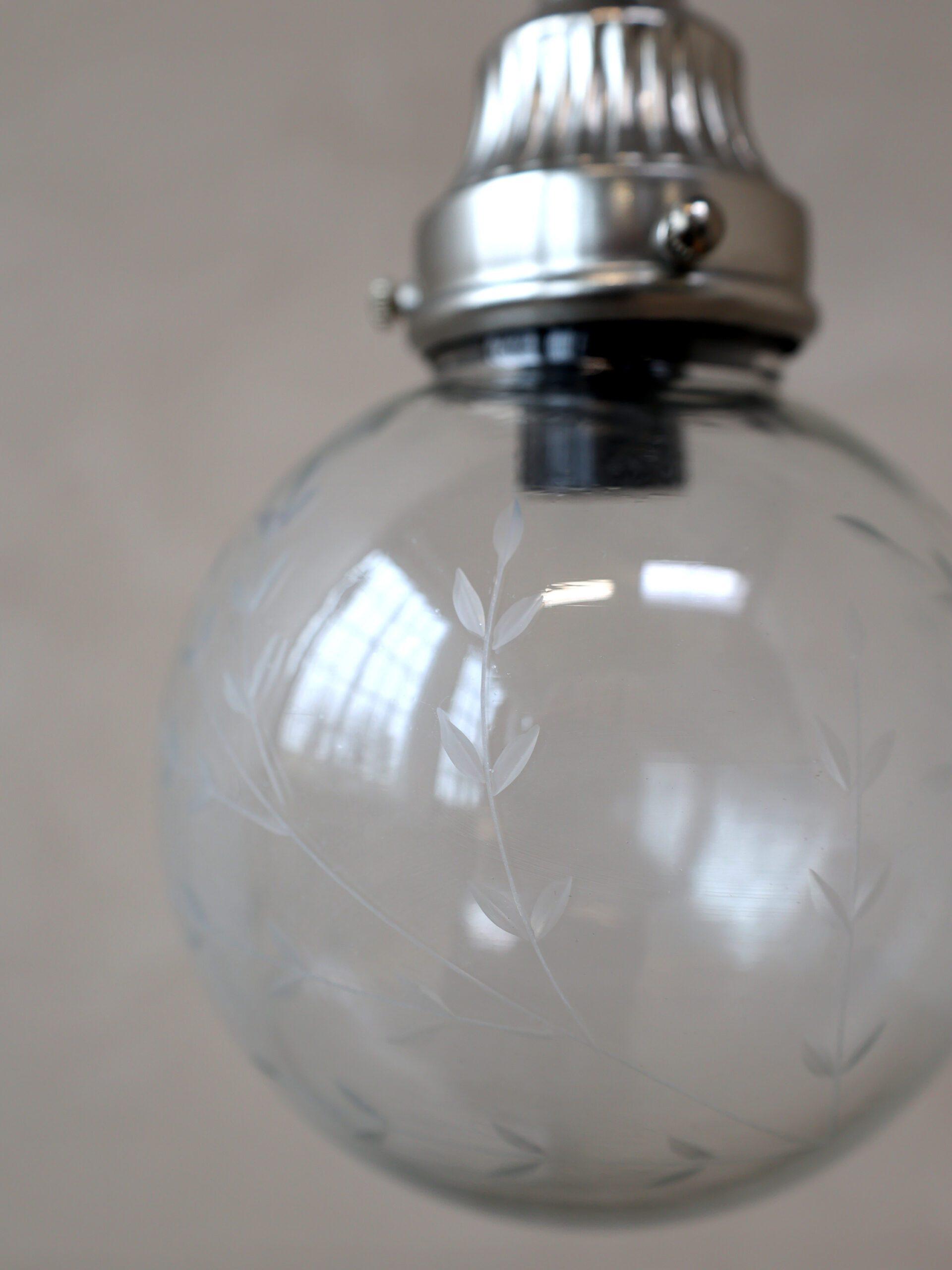 Lampadario a sfera in vetro lavorato